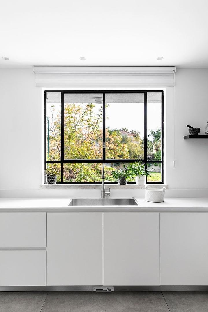 Современная белая вилла со стильными индустриальными окнами в Израиле || 01