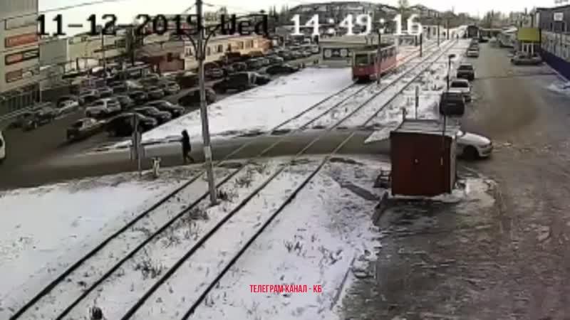 В Салавате трамвай на полной скорости сбил пешехода Пострадавшим оказался 18 летний парень который был в наушниках и не след
