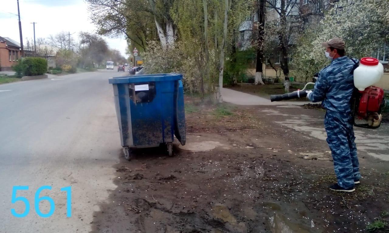 В городе Таганроге провели дезинфекцию мусорных контейнеров