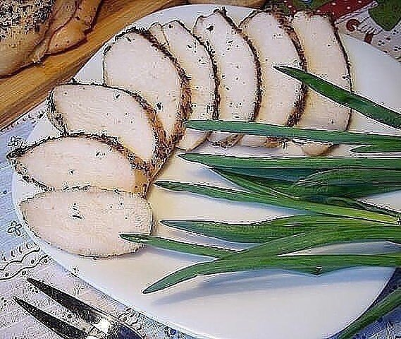 Идеальная куриная пастрома Нужно :- 2-4 лавровых листа- 1 куриная грудка (вес 700-800 г)- 2-3 бутона гвоздики- 1 литр холодной кипяченой воды- 2 ч.л. смеси сухих французских трав (или