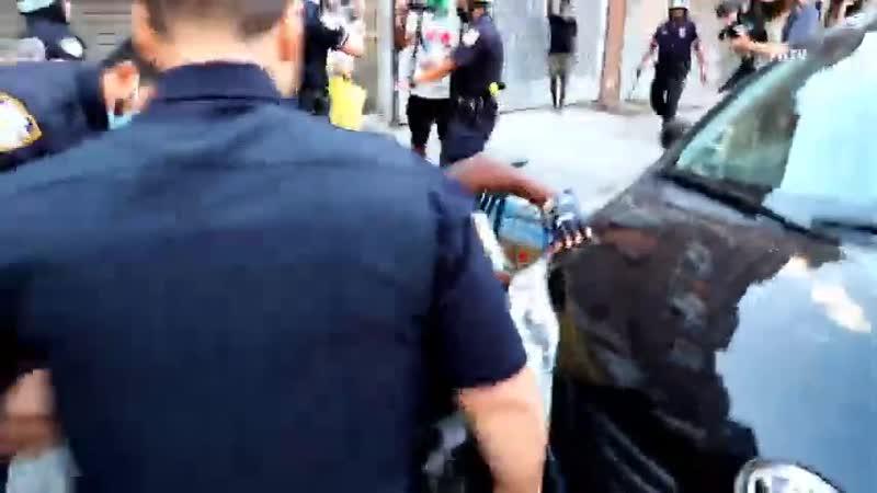 Полицейский выстрелил в темнокожего активиста из электрошокера