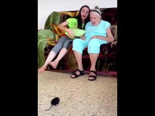 Бабушка видимо не первый раз)