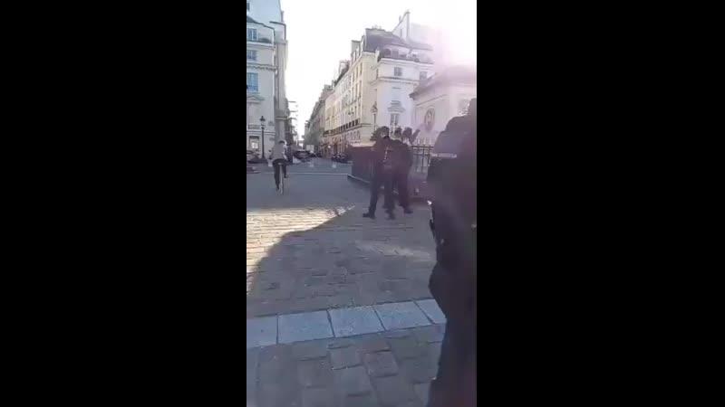 Paris - - ....Désormais , il est interdit d'être regroupés à plus de 3 devant l'AssembléeNationale ..verbalisation immédiate par