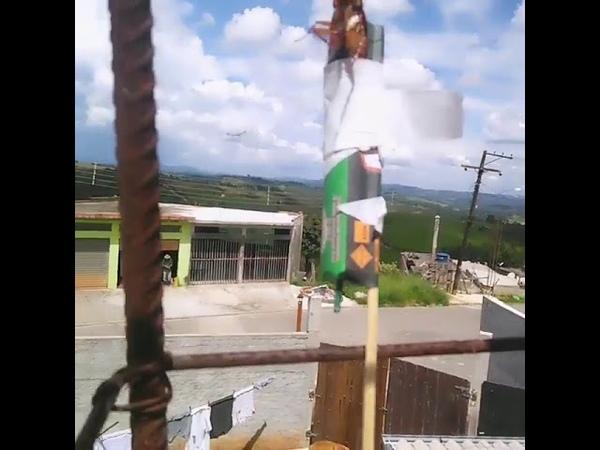 Homem Prende Barata Em Foguete E Explode No Céu Mandar Recado lá Pra Suas Amigas