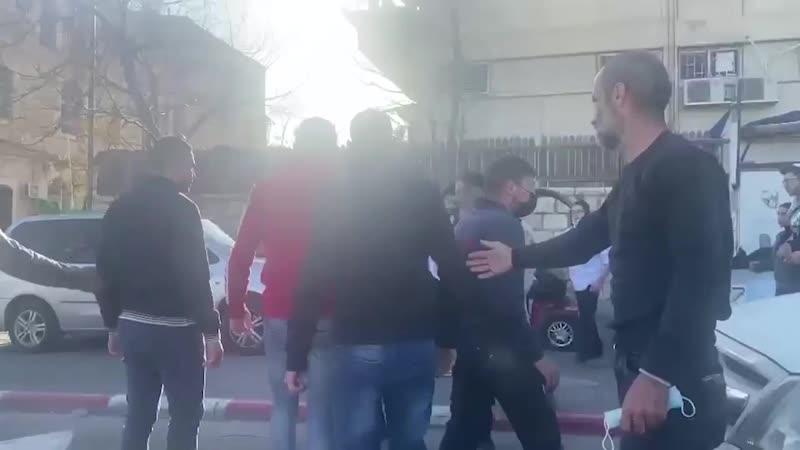 В оккупированном Иерусалиме трое палестинцев дали п**** толпе израильских поселенцев которые напали на них