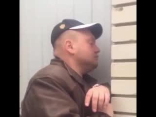 Жена снимает пьяного мужа