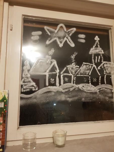 Рисунки спреем на окно Спрей снежный Убирается легко при помощи воды Можно использовать трафаретты а можно проявить фантазию ,возможность оторваться ребенку по полной , без последствий