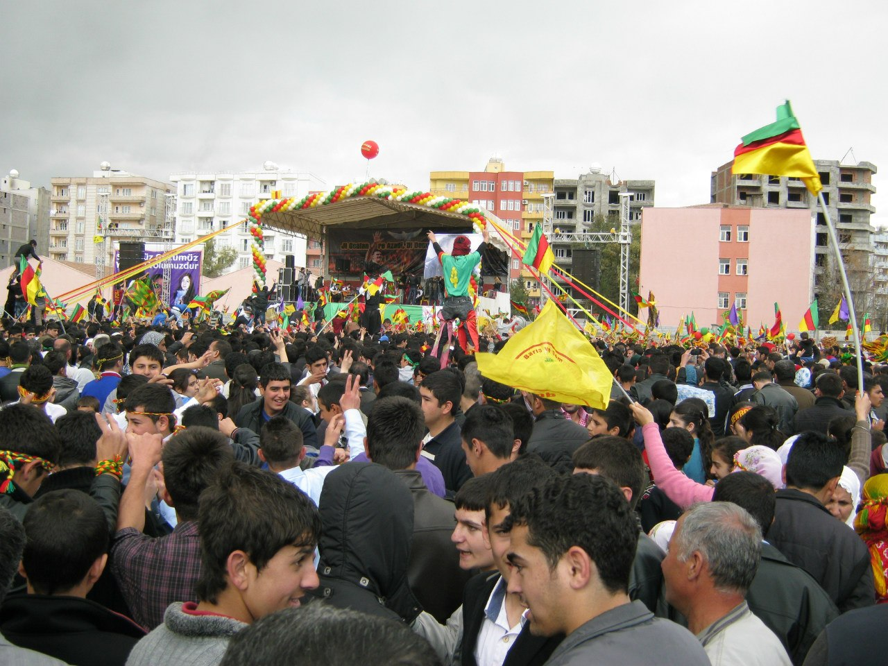 флаги курдской партии
