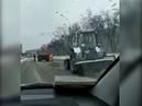 Дорожники укладывают горячий асфальт в ямы со снегом