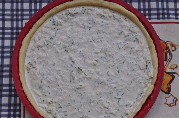 Киш с курицей и сыром Ингредиенты:Для теста:Охлажденное масло 150 гМука 170 г Ледяная вода 3 ст. л.Для начинки:Сливки 200 мл Отварная куриная грудка 1 шт.Яйца куриные 2 шт. Сыр 150