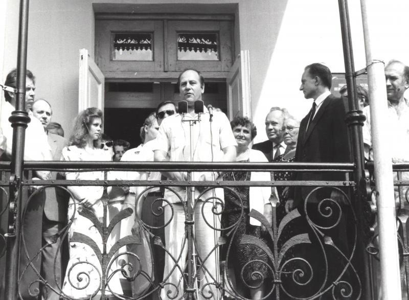 3. Открытие Литературного музея, г. Пенза. 1.07.1989. Скворцов К. (поэт, Москва) выступает на крыльце Литературного музея.