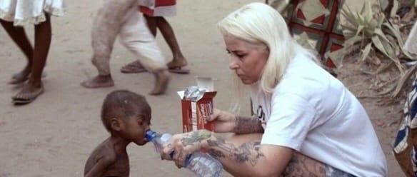 Это фото облетело весь мир. Неравнодушная женщина спасла мальчика из Нигерии ещё в 2016 году. Так он выглядит