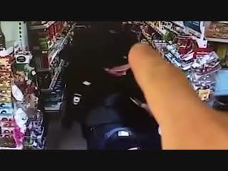 В Калининграде школьник пришел в магазин и потерял деньги. Рядом были полицейские и одна из них прибрала деньги себе
