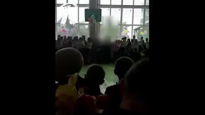 Школьник ударил депутата на последнем зв... Марий Эл (480p).mp4