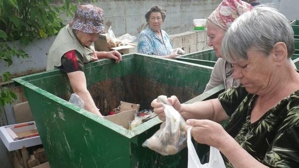 Россия - щедрая душа! Малоимущих россиян готовы накормить почти просроченными продуктами. Ретейлеры сообщили, что готовы передавать еду, у которой истекает срок годности, на благотворительность