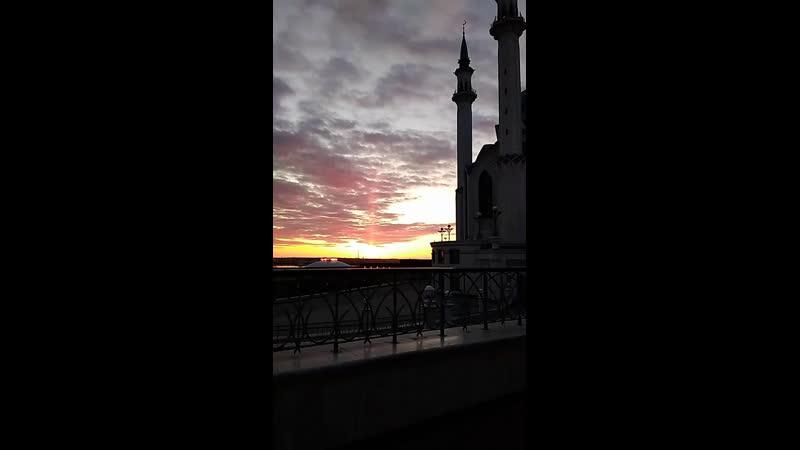 Шикарный закат на фоне Мечети