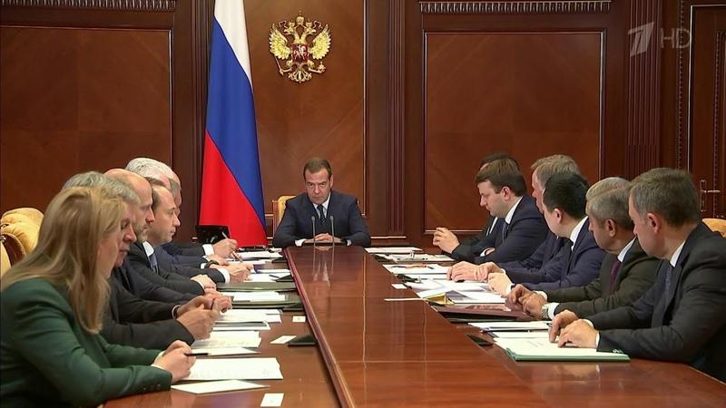 Дмитрий Медведев призвал объяснять людям что означает переход на цифровые документы