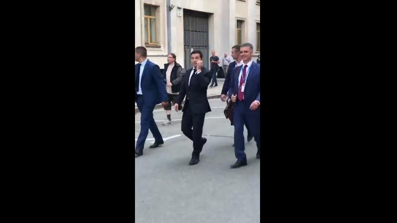 Президент Украины без проблем здоровается с прохожими [RapNews]
