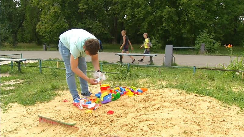 Копейчанин за свой счет сделал для детей песочницу