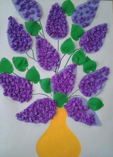 Аппликация сирень Аппликацию букета сирени в вазе можно сделать с детьми 5-7 лет из цветной бумаги и салфеток.Из цветной бумаги вырезаем вазу, зеленые листья и контуры соцветий сирени.