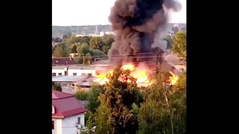 Склад завода по производству пластмассы полыхает в Наро Фоминске Площадь пожара уже около 950 квадратных метров