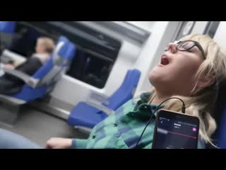 Мощный оргазм в поезде девушка кончила от дистанционного вибратора.