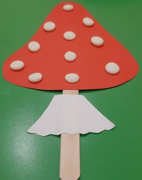 ПОДЕЛКИ ДЛЯ ДЕТСКОГО САДА Мухомор Кто из нас не ходил в лес за грибами, ягодами, просто погулять! Почти всегда можно увидеть там мухомор, который привлекает взгляд своей ярой красной шапочкой в