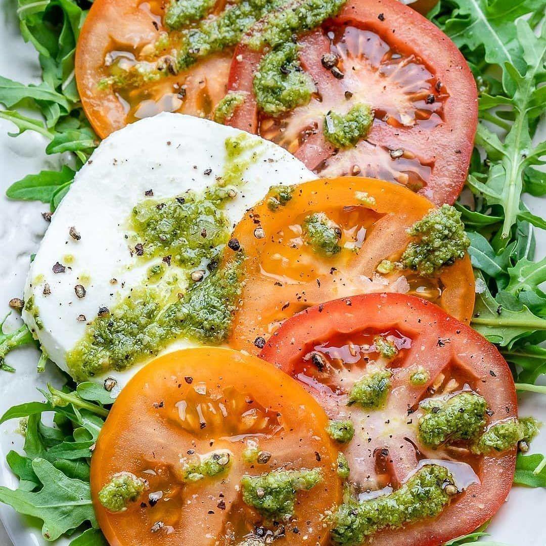 Салат капрезе  с соусом песто ⠀