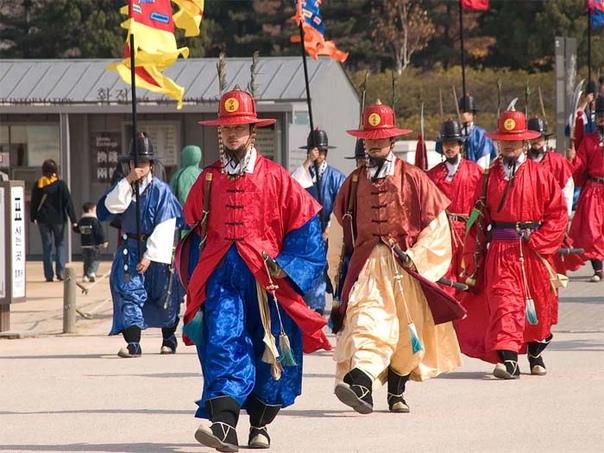 Как выгдялит парадная военная форма в разных странах: Помпоны, медвежьи шапки, перья павлина и др изыски