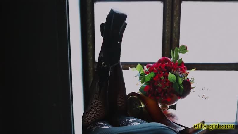 Прелестная девушка показывает себя перед видеокамерой для сайта знакомств elita