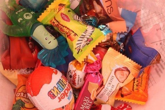 Огромный inder-Сюрприз Вот такой большой киндер-сюрприз можно сделать самостоятельно и наполнить его разными сладостями, которые на празднике раздают гостям. Понадобятся: надувной шарик, бумага,