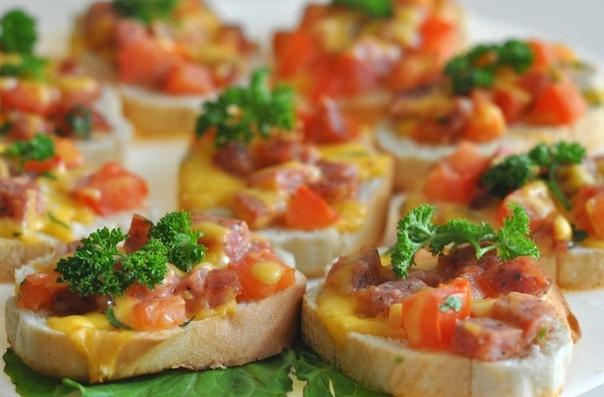 ТОП-9 РЕЦЕПТОВ ГОРЯЧИХ БУТЕРБРОДОВ Мой самый любимый завтрак и перекус 1. Горячие бутерброды со шпротами и сыромИНГРЕДИЕНТЫ:Батон белый - 1 шт.Шпроты - 1 банкаМайонез - 2 ст. л.Чеснок - 2