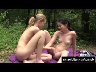 Молодые-красивые-лесбияночки-занялись-сексом-в-лесу__5porno_pro
