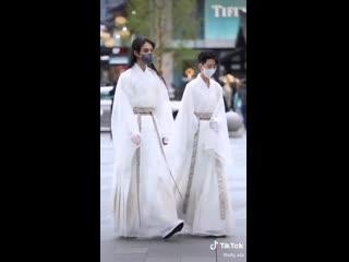 Даже в современном мире традиционная китайская одежда выглядит невероятно красиво и стильно!