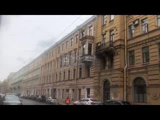 На Казанской рабочие начали снимать рассыпающуюся лепнину