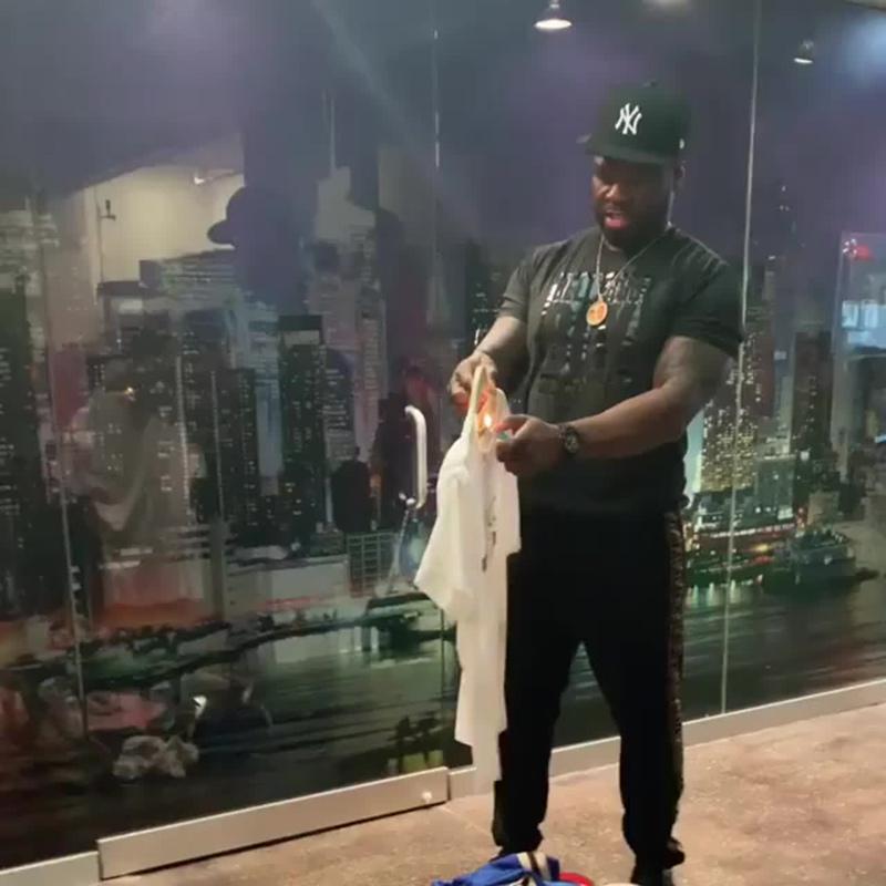 50 Cent сжёг свою футболку Gucci из-за расистского скандала