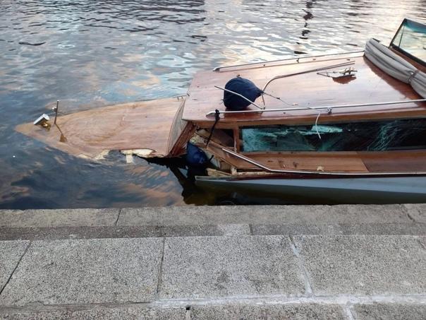 Прогулочный катер затонул, после того как влетел в...