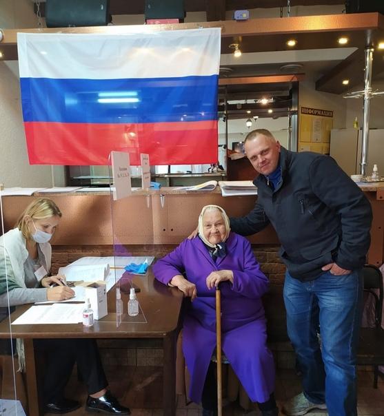 Жители Волховского района продолжают активно голос...