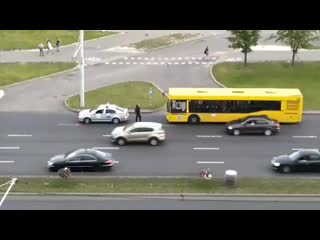 ОМОНовец бил по проезжающим машинам и снес боковое зеркало у авто