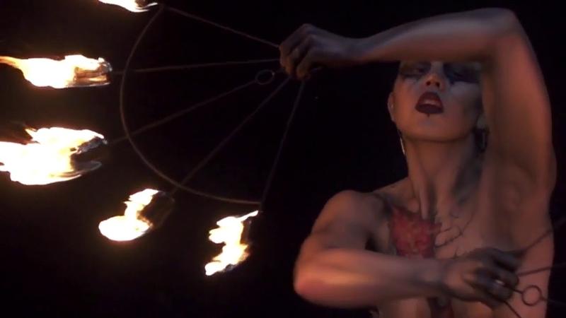 Обнаженный танец с огнём