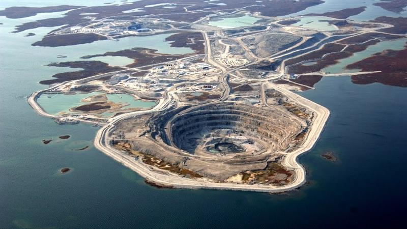 Почему вода не заливает алмазный рудник Дьявик посреди озера Необычные рудники и карьеры планеты