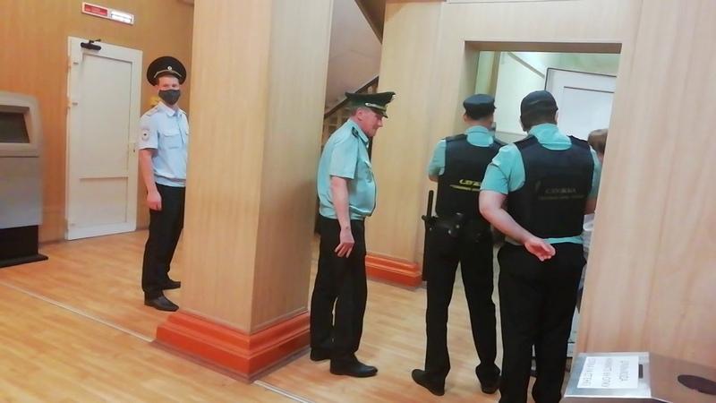 В наручниках под конвоем Марину повели на суд