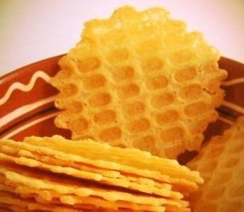 СЫРНЫЕ ВАФЛИ Необыкновенно хрустящие, тоненькие, воздушныеНапоминают крекер или чипсы. Начнешь есть - не остановишься.Ингредиенты:Сыр твердый 200 гМаргарин 200 гЯйцо куриное 2 штМука пшеничная