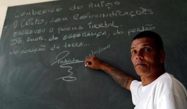 Он прикончил сотню человек и сожрал сердце своего отца. И стал видеоблогером Первый удар от жизни Педро Родригес Фильо получил, еще не родившись. В 1954-м бухой батя возомнил себя Гарринчей и со