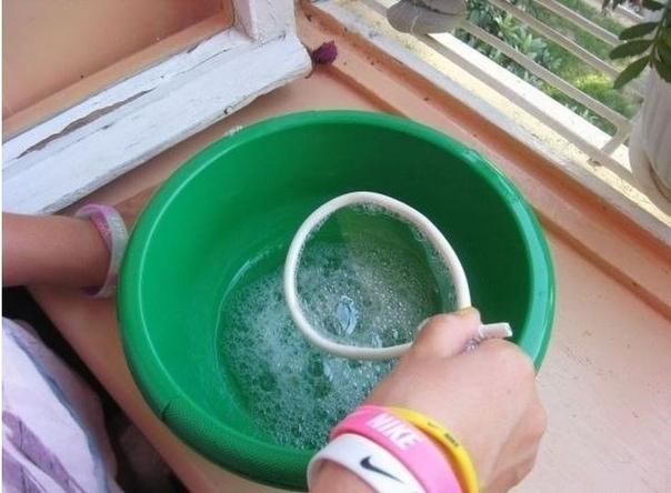Крепкие мыльные пузыри своими руками А требуется совсем немного:-Глицерин 25 г-Сахар 2 ч.л.-Жидкость для мытья посуды 2 ст.л.-Вода 150 гГлицерин продают в каждой аптеке, и стоит он дешево.Ход