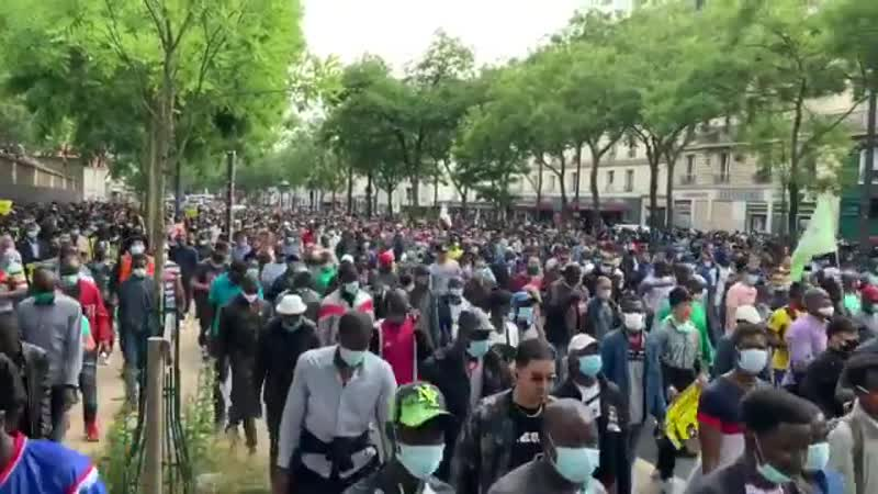 FLASH Énorme rassemblement à Paris pour la regularisation des sanspapiers Le cortège