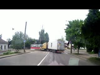 Фура протаранила трамваи в Николаеве.